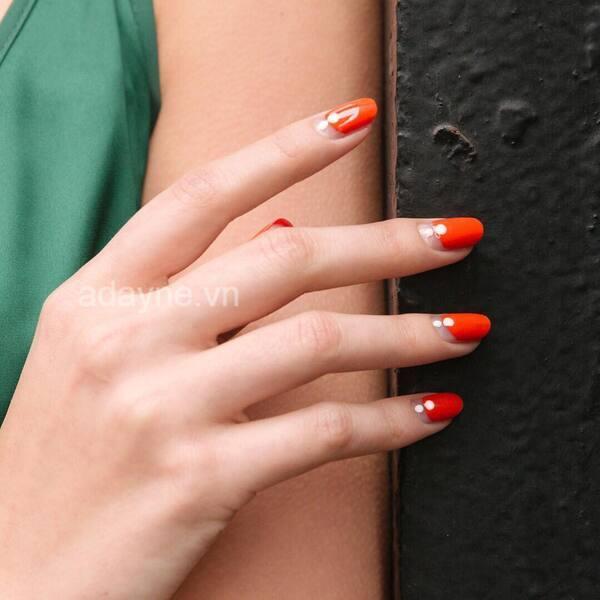 Mẫu nail đơn giản, nhẹ nhàng màu cam chấm phá họa tiết trắng cũng vô cùng hợp với nàng da ngăm