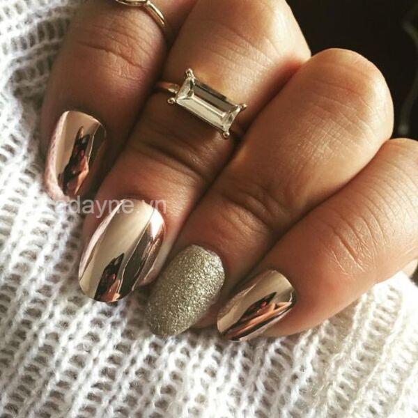Nàng cực sang chảnh với mẫu nail đơn giản nhẹ nhàng vàng gold hiệu ứng tráng gương mới lạ