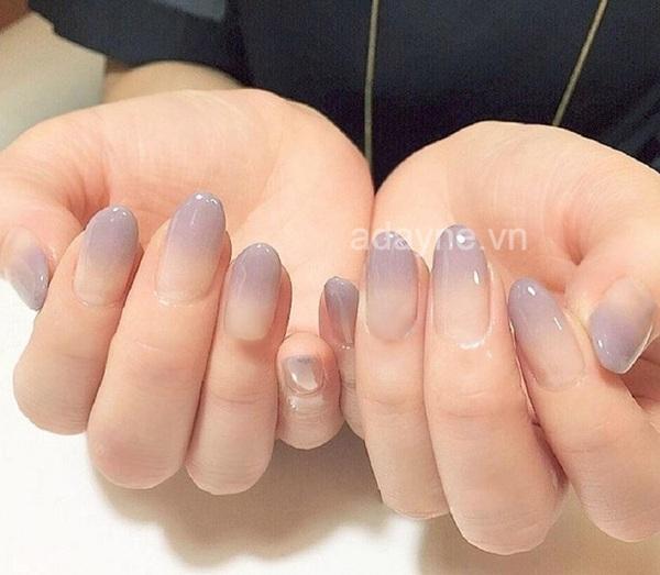 Điểm nổi bật của mẫu nail đơn giản sang trọng này chính là hiệu ứng loang màu trẻ trung, tinh tế và cực kỳ độc đáo