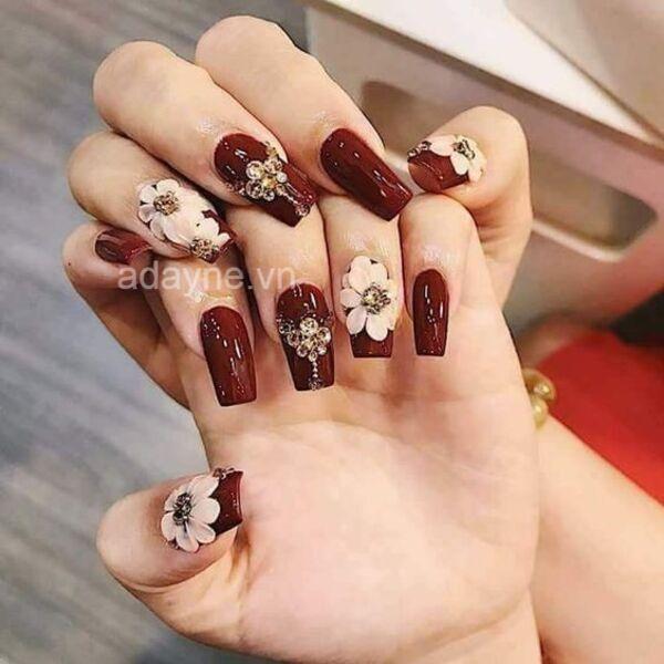 Mẫu nails đẹp gắn họa tiết nổi