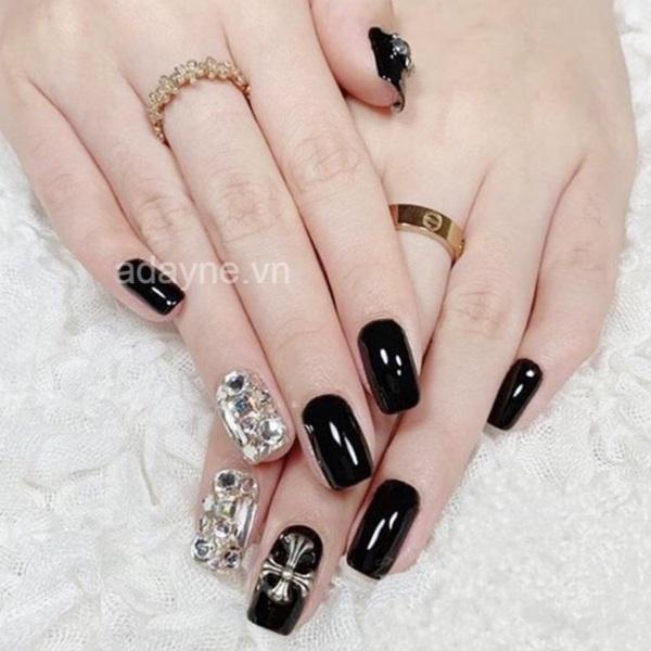 Siêu sang chảnh với mẫu nail đen đính đá đẹp tinh tế