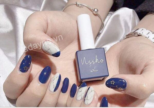 Mẫu móng đẹp màu xanh dương đính đá đơn giản cho nàng công sở