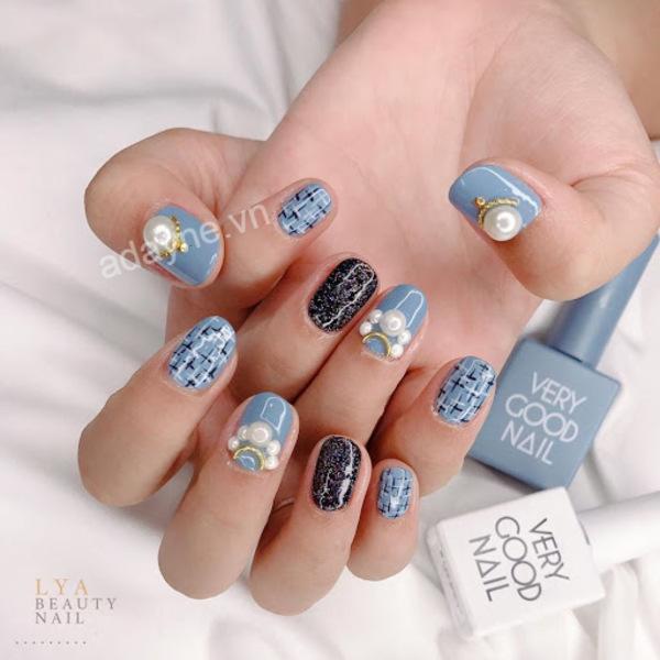 Mẫu nail màu xanh dương đẹp đính ngọc trai kết hợp họa tiết sang trọng, thanh lịch