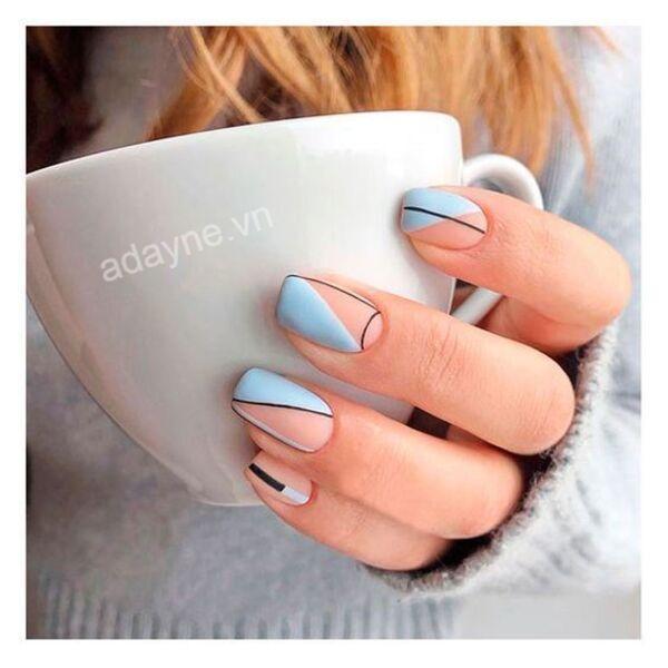 Mẫu nail xanh dương mix match cùng màu hồng pastel và hình vẽ xinh xắn