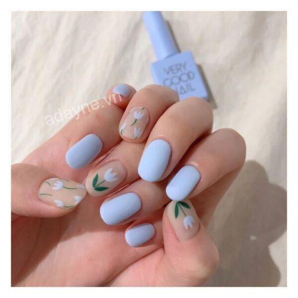 Cô nàng kẹo ngọt thêm dịu dàng với mẫu nail màu xanh dương đẹp kết hợp họa tiết hoa