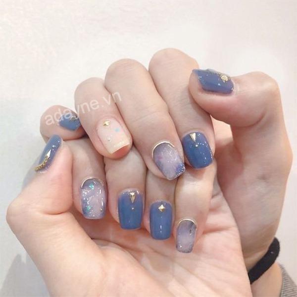 Có cả giải ngân hà trong tay với mẫu nail thạch màu xanh kết hợp gắn đá nghệ thuật