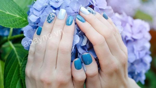 Màu nail xanh dương được chị em mê làm đẹp nhiệt tình lăng xê