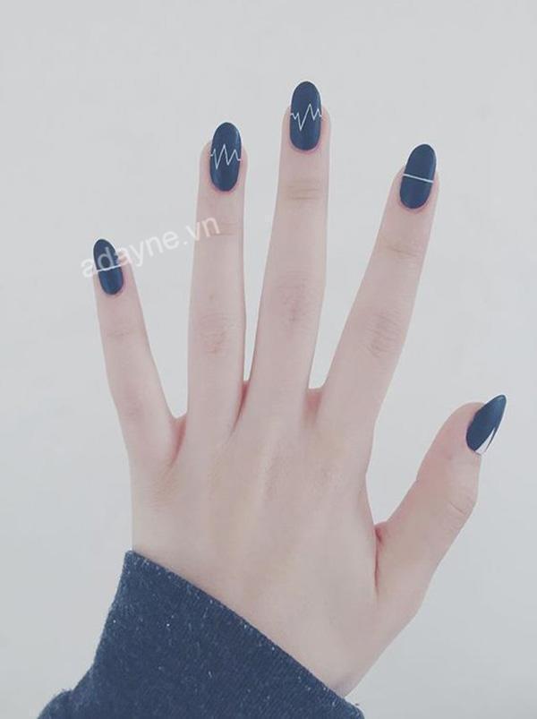 Mẫu nail màu xanh dương đẹp họa tiết nhịp tim tối giản