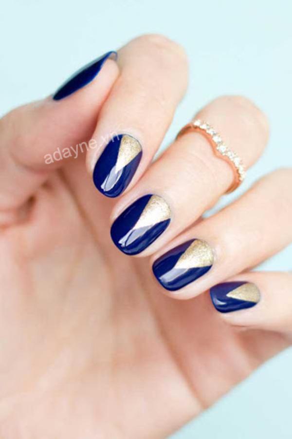 Mẫu nail xinh màu xanh dương đẹp điểm xuyến thêm một ít kim tuyến vàng gold để trở nên độc đáo và high fashion