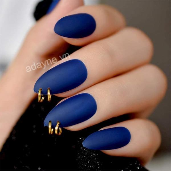 Thay đổi bản thân với nail xanh coban móng nhám đính khoen phá cách