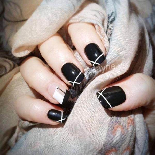 Mẫu nail nhẹ nhàng đi học tông đen họa tiết kẻ sọc cho cô nàng cá tính