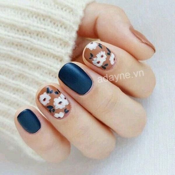 Mẫu nail nhẹ nhàng đi học họa tiết hoa nhí cực đơn giản nhưng cực kỳ ngọt ngào