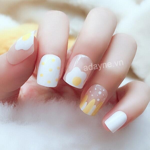 Mẫu nail nhẹ nhàng đi học họa tiết trắng vàng xinh xắn