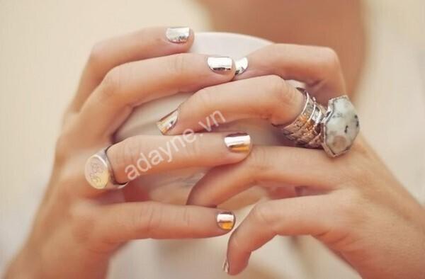 Màu vẽ nail metallic tráng gương vàng đẹp xuất thần giúp cô nàng da ngăm tự tin