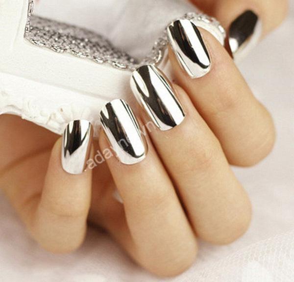 Màu nail tráng gương bạc phù hợp với cô nàng da vàng hoặc da trắng