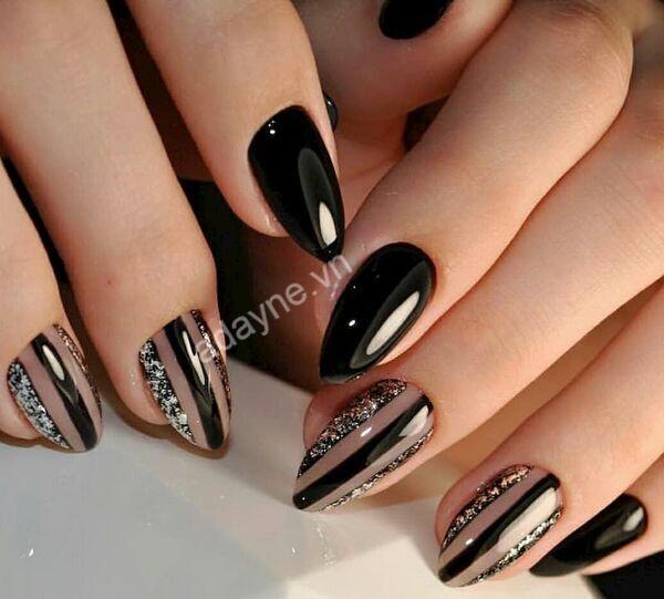 Màu nail tôn da metallic tráng gương màu đen huyền bí, cuốn hút