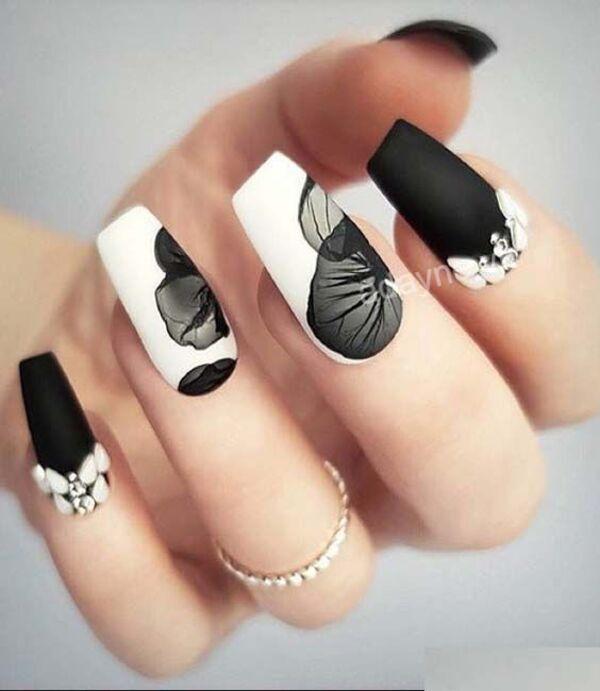 Mẫu nail vẽ hoa đơn giản cách điệu tông đen trắng cuốn hút