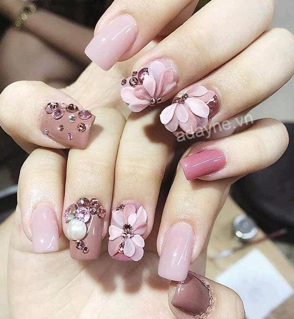 Mẫu nail vẽ hoa đơn giản đính đá tông hồng ngọt ngào
