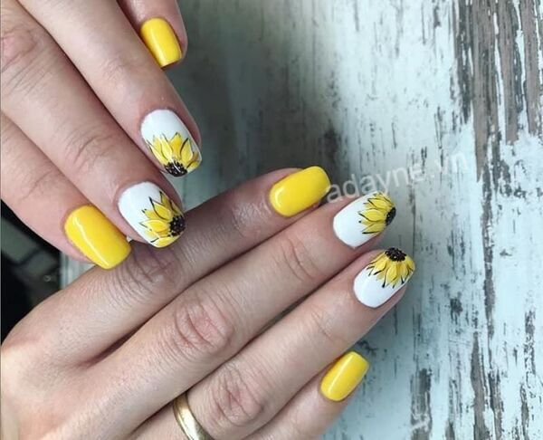 Mẫu nail vẽ hoa đơn giản tông vàng họa tiết hoa hướng dương rực rỡ