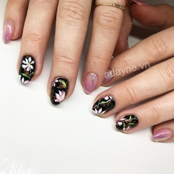 Cô nàng kiêu kỳ với mẫu nail vẽ hoa đơn giản tông đen bóng sen hồng cực cuốn hút