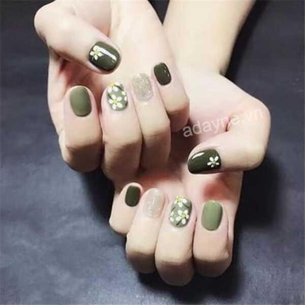 Mẫu nail vẽ hoa đơn giản họa tiết hoa nhí tông xanh rêu trendy