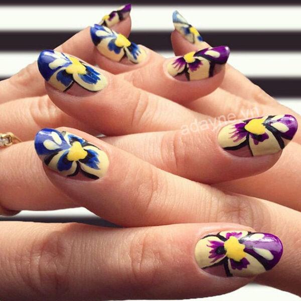 Thêm phần nổi bật với mẫu nail vẽ hoa đơn giản hoa 3D rực rỡ