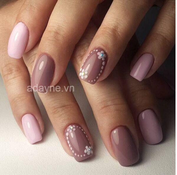 Đổi style ngọt ngào, cuốn hút với màu nail đẹp cho da ngăm đen tone hồng tím pastel gắn họa tiết hoa nghệ thuật