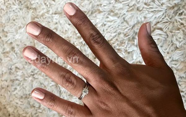 Màu sơn mẫu nail đẹp cho da ngăm tone nude thanh lịch, quý phái