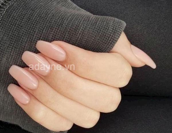 Màu nail cho da ngăm tone nude hồng nhạt cũng rất đáng để thử
