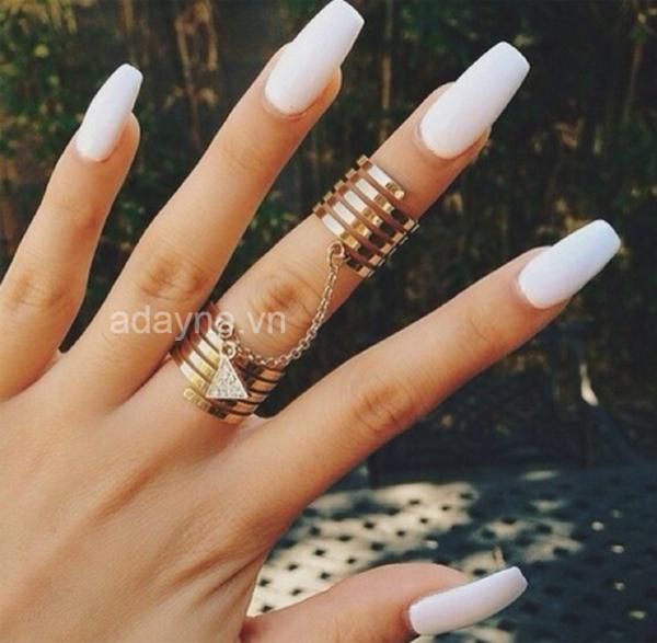 nail trắng kết hợp với da ngăm là combo mẫu nail đẹp nhất mà nàng nhất định phải diện một lần