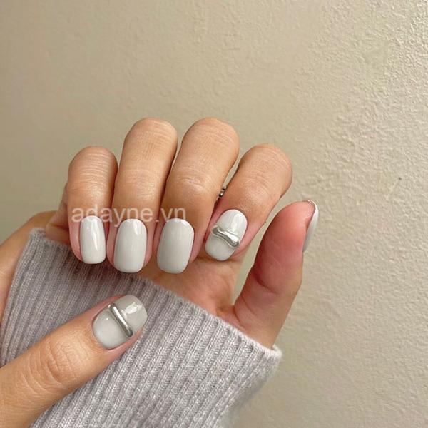 Phá cách với tone nail trắng xám cùng móng ngắn cắt tỉa gọn gàng, trẻ trung