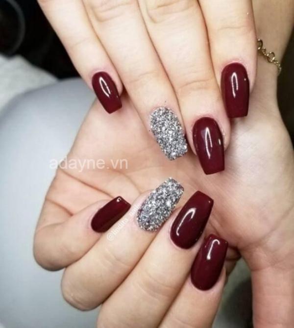 Đắp nhũ kim tuyến ngón áp út để tạo điểm nhấn hoàn hảo cho mẫu nail đẹp xuất sắc