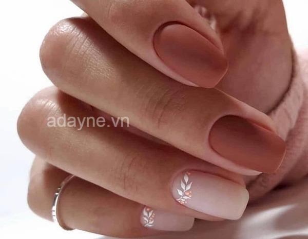 Màu sơn mẫu nail đẹp cho làn da ngăm tone trầm, tối luôn là sự lựa chọn an toàn