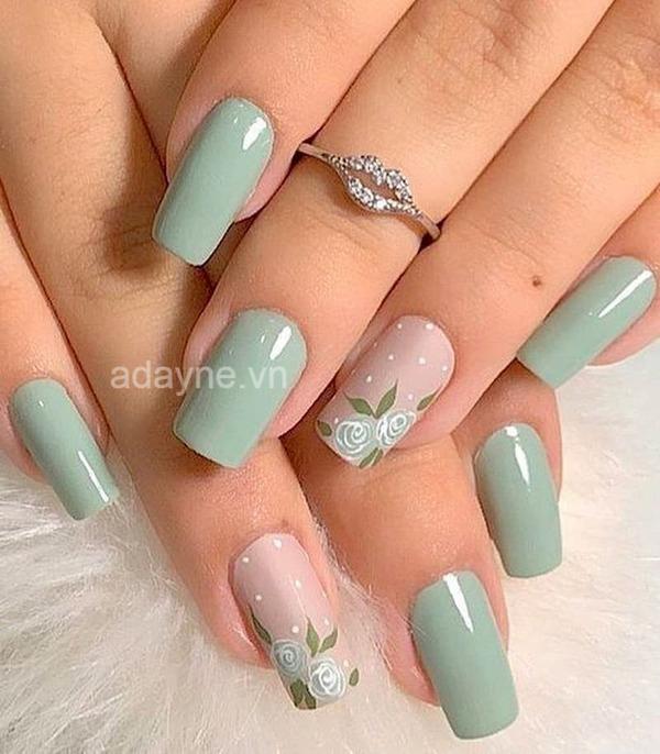 Thêm phần thanh lịch với màu sơn mẫu nail đẹp cho da ngăm xanh mint họa tiết bông hồng xinh xắn