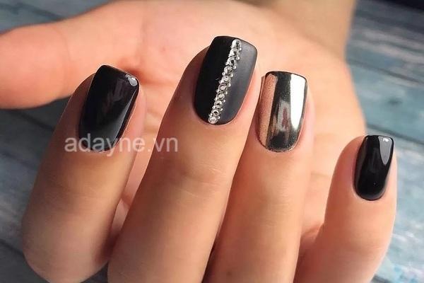 Màu metallic tráng gương tone đen quả thực là sự lựa chọn hoàn hảo cho làn da ngăm