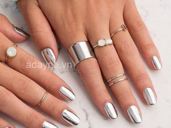 Mẫu nail đẹp màu bạc tráng gương sắc sảo, nổi bật