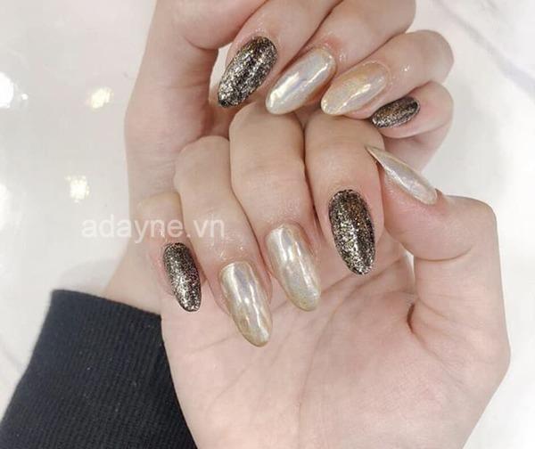 Một sự kết hợp hoàn hảo khi kết hợp màu nail cho da ngăm đẹp kim loại với hiệu ứng tráng gương sang chảnh