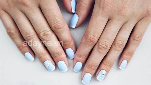 Màu sơn mẫu nail đẹp cho da ngăm tone xanh trời pastel tinh tế, thanh lịch
