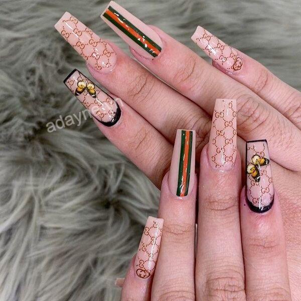 Mẫu nail gucci đẹp xuất sắc trên nền trơn họa tiết nổi bật