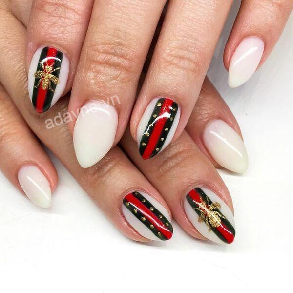 Biểu trưng nhà mốt nổi bật trên nền sơn trắng và họa tiết sọc đen đỏ tinh tế