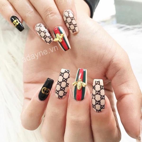 Mẫu nail gucci đẹp gắn nổi họa tiết ong mix match nhiều họa tiết đại diện hãng nhìn thôi là đã mê