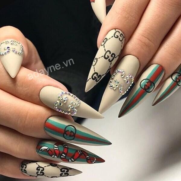 Màn kết hợp tinh tế, ấn tượng giữa họa tiết rắn, logo, sắc màu biểu trưng cho một mẫu nail gucci đẹp xuất thần