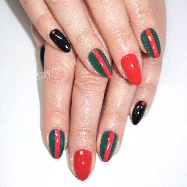 Mẫu vẽ móng tay gucci mix màu đỏ, xanh, đen đơn giản nhưng vẫn nổi bần bật