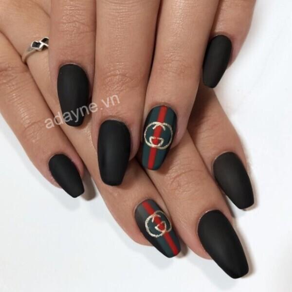 Mẫu vẽ móng tay gucci tông đen huyền bí kết hợp logo đơn giản