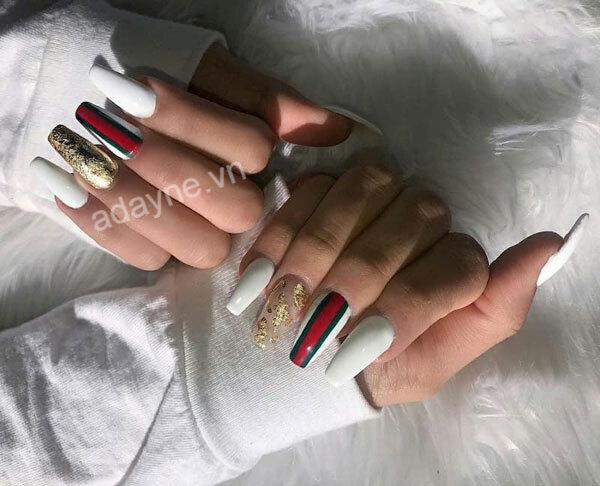 Mẫu móng tay gucci siêu nhẹ nhàng đơn giản cho nàng vẻ đẹp tinh tế, kiêu sa