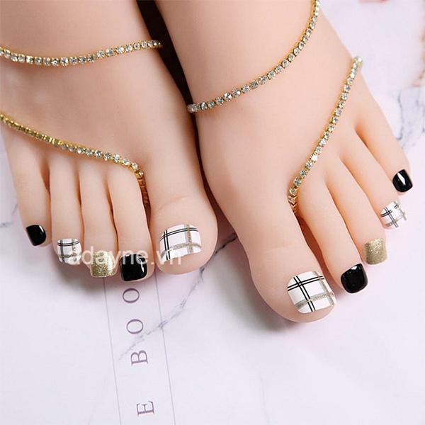 Mẫu móng chân đẹp màu đen đơn giản