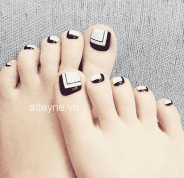 Những họa tiết đơn giản thường được kết hợp với móng chân màu đen là đường kẻ sọc, họa tiết ô vuông, họa tiết hình học