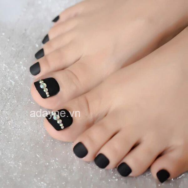 mẫu móng chân đẹp màu đen thu hút mọi ánh nhìn