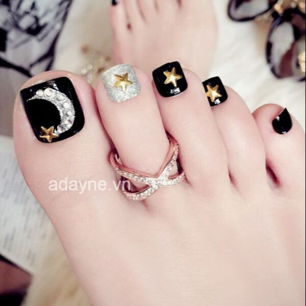 Mẫu móng chân màu đen đính đá đẹp sang trọng, kiêu sa