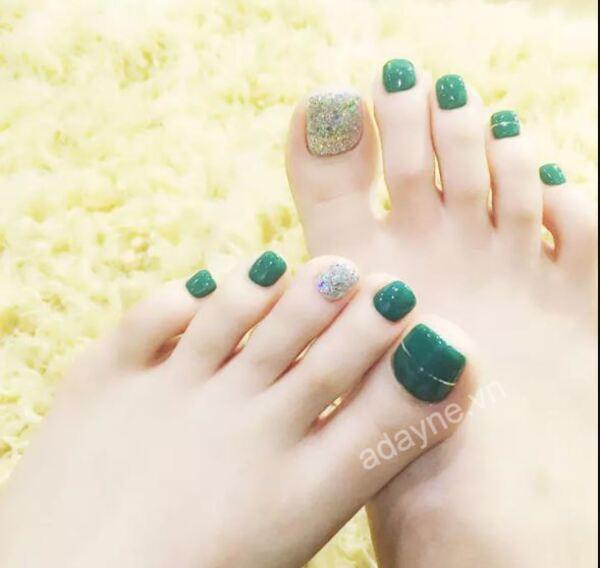 Sáng tạo hơn với mẫu nail màu xanh rêu trơn kết hợp đắp kim tuyến ở một hai ngón làm điểm nhấn